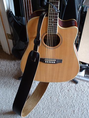 poser une attache courroie sur une accoustique guitare. Black Bedroom Furniture Sets. Home Design Ideas